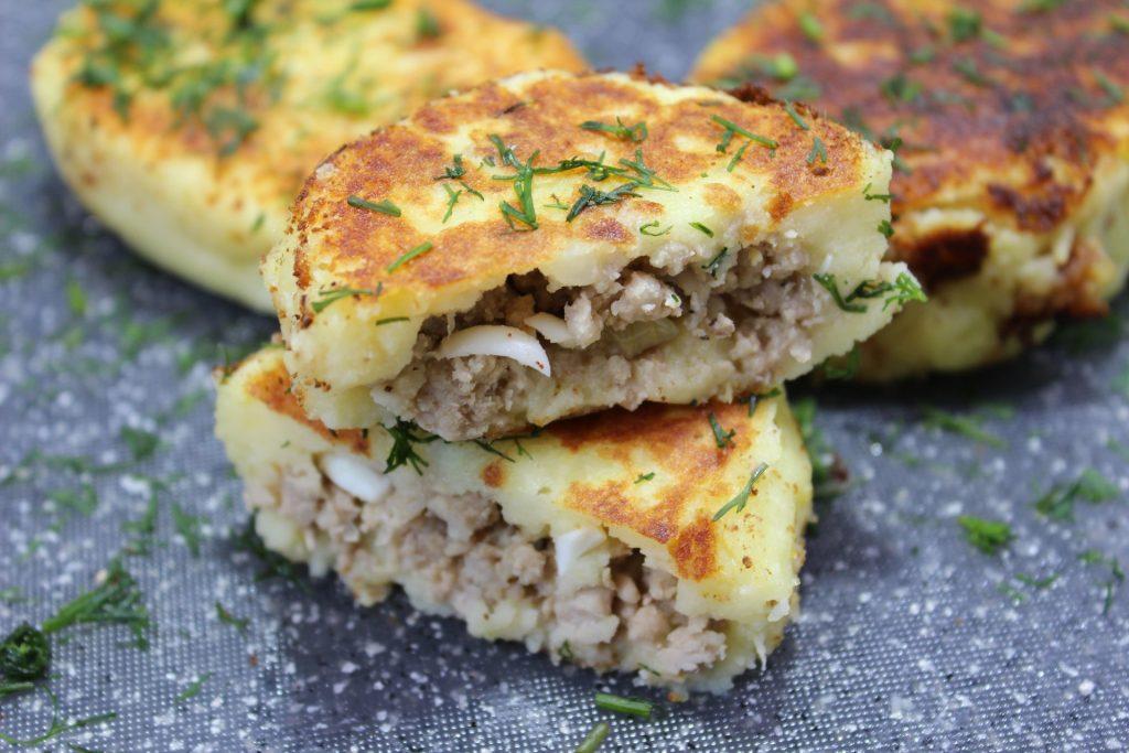 Картофельные зразы с копченым сыром и куриным фаршем