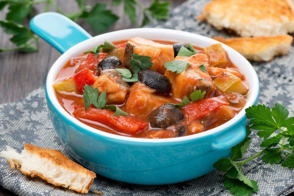 Горбуша, тушенная с грибами в томатном соусе