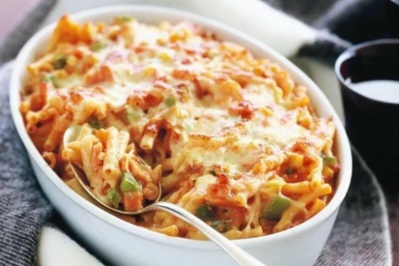 Простая макаронная запеканка с фаршем, сыром и помидорами