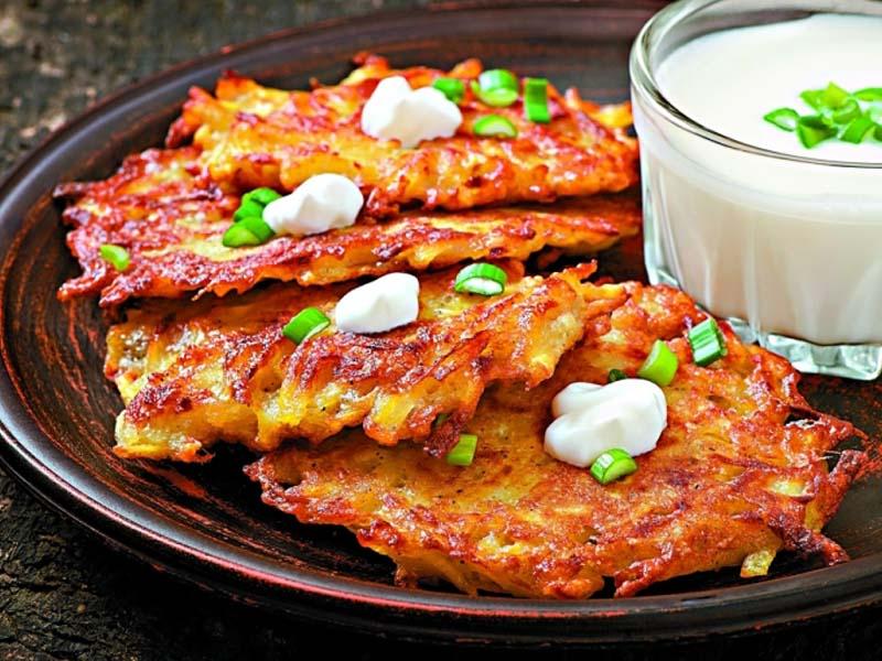 Картофельные драники с чесноком и острым сыром