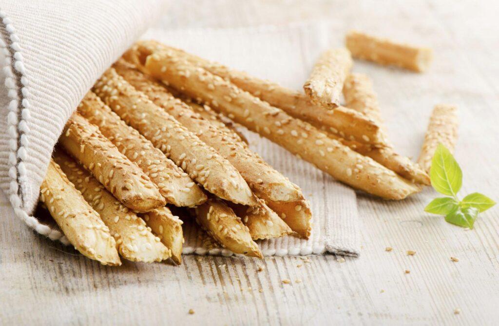 Как приготовить сырную соломку с кунжутом и пряностями?