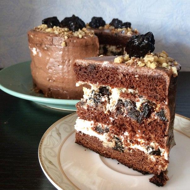 Шоколадно-сметанный торт с грецкими орехами