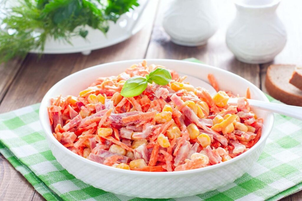 Закусочный салат из сыра, сладкой кукурузы и копченостей